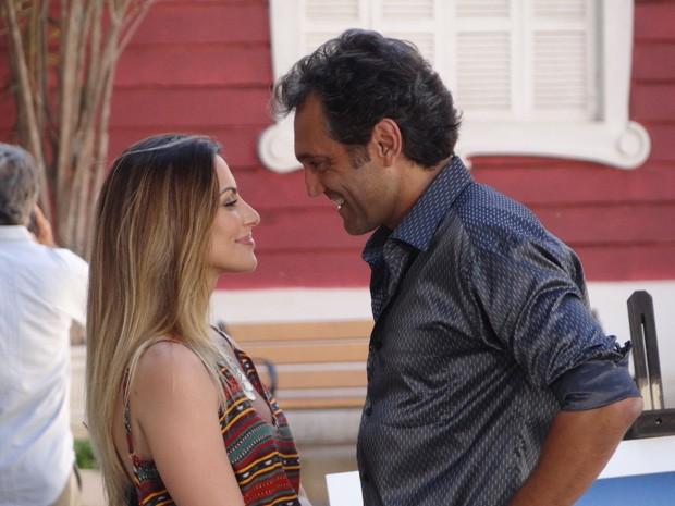 Zyah ensina Bianca a beijar com os olhos (Foto: Salve Jorge/TV Globo)