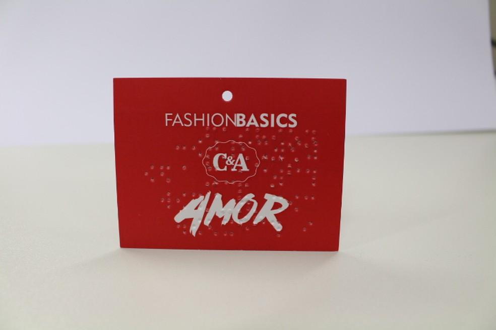 Etiqueta com mensagem em braile permite que consumidor identifique a cor da roupa (Foto: Divulgação/C&A)
