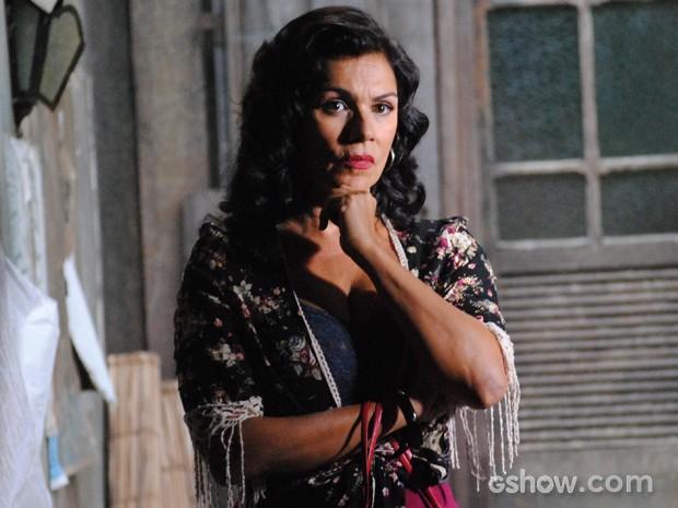 Marlene se encontra com Manfred para ouvir plano de vilão (Foto: Joia Rara/TV Globo)