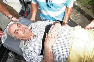 O ex-juiz Nicolau dos Santos Neto, ao voltar para casa, de maca, depois de deixar a prisão na carceragem da Polícia Federal, em janeiro de 2007 (Foto: Agência Estado)
