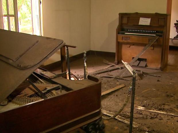 Forro desabou em sala que abriga piano centenário e o primeiro órgão da Catedral de Ribeirão (Foto: Alexandre Sá/EPTV)