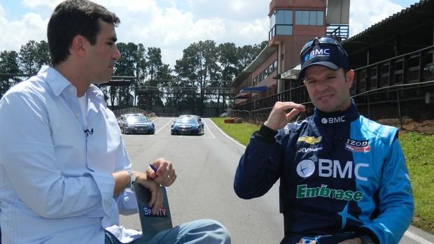 Alexandre Oliveira conversa com Rubens Barrichello no programa Linha de Chegada (Foto: Alexander Grünwald / SporTV.com)