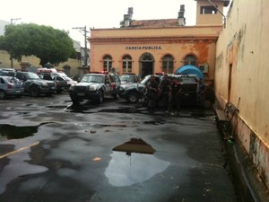 Polícia tenta solucionar novo tumulto na Ala Feminina da Cadeia Pública Desembargador Raimundo Vidal Pessoa, no Centro de Manaus (Foto: Adneison Severiano/G1 AM)