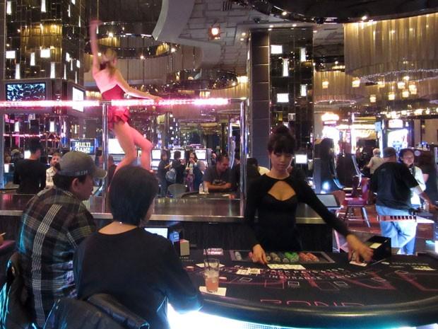 Mulher dança em cima de balcão no cassino do hotel Cosmopolitan, em Las Vegas (Foto: Flávia Mantovani/G1)