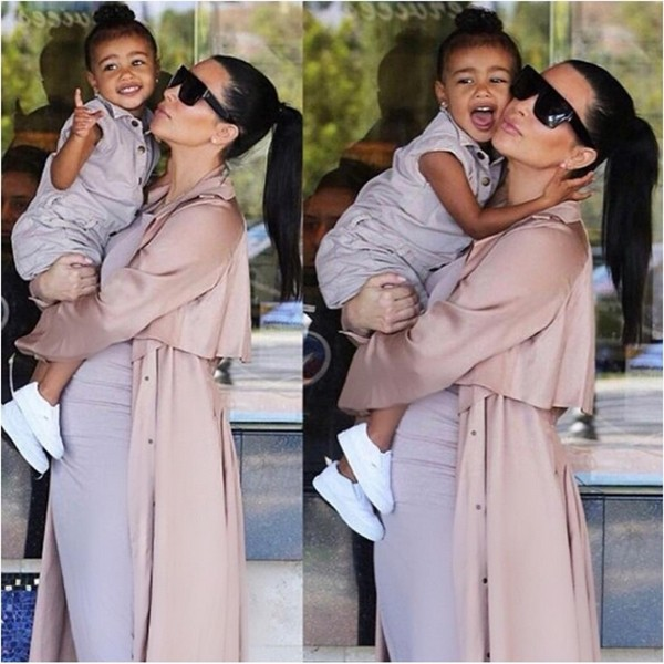 Kim Kardashian com a pequena North West no colo (Foto: Instagram)
