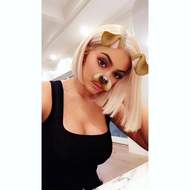 Kylie Jenner adere ao long bob platinado (Foto: Reprodução Snapchat)