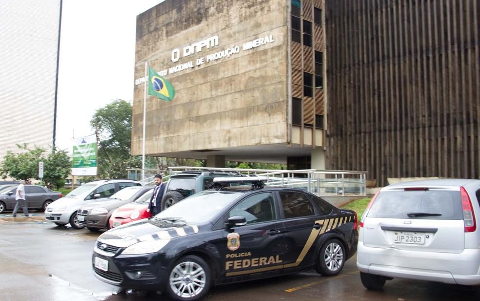 Polícia Federal faz busca e apreensão no Departamento Nacional de Produção Mineral  (Foto: Alvaro Costa/ TV Globo)