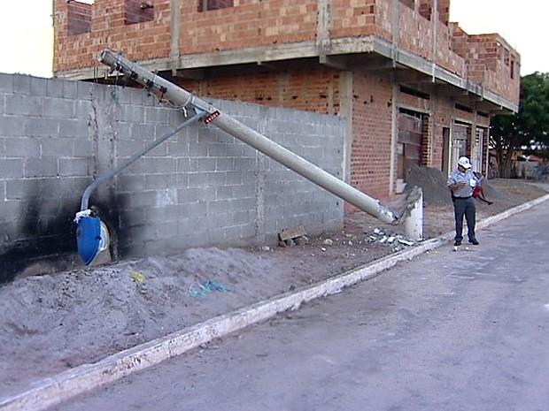 Motorista derrubou um poste. (Foto: Reprodução/TV Gazeta)