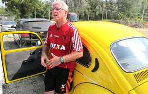 Antonio Mello e o Fusca Amarelo Flamengo (Foto: Thales Soares)
