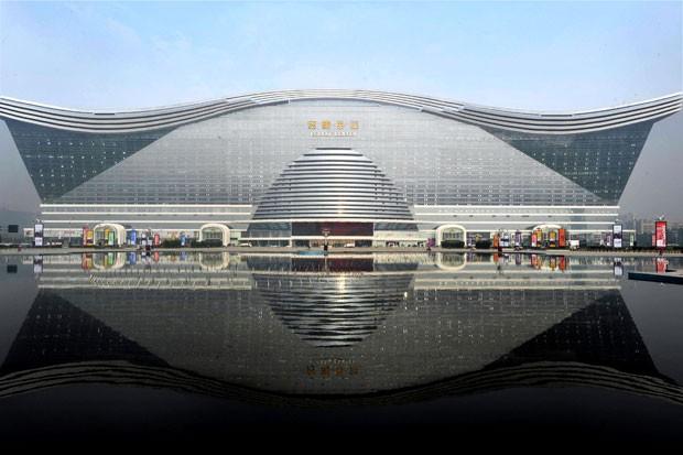 """O """"New Century Global Centre"""", em Chengdu, sudoeste da província de Sichuan.  (Foto: STR/AFP)"""