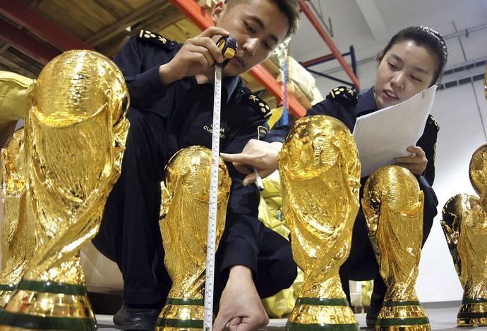 Taça da Copa do Mundo falsa fabricada na China (Foto: EFE)