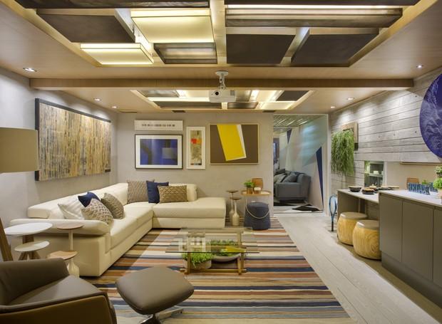 """O """"Espaço de Convivência e Lazer da Família"""" foi projetado por Alessandra Reis e Michelle Duarte Bezerra. O ambiente conta com textura de concreto das paredes e nas luminárias em aço corten que contrastam com o teto em marcenaria (Foto: Divulgação)"""