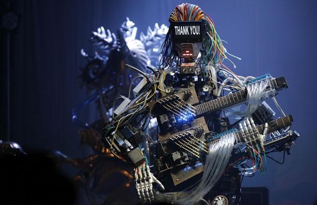 Membros da banda de rock Z-Machines, o guitarrista Mach e o tecladista Cosmo (Foto: Toru Hanai/Reuters)