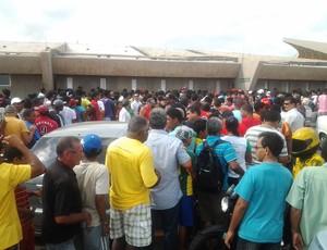 Torcedores lotaram o Castelão em busca dos ingressos (Foto: Bruno Alves)