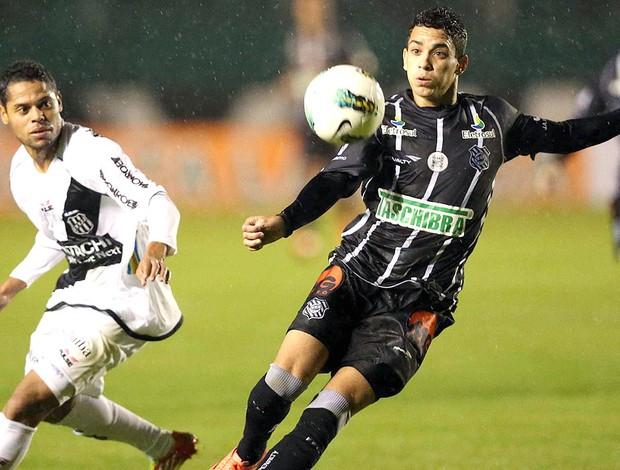 Caio do Figueirense na partida contra a Ponte Preta (Foto: Cristiano Andujar / Futura Press)
