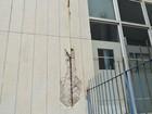 Ambulantes trabalham ao redor de prédio com rachaduras