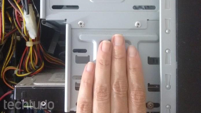 Eliminação da eletricidade estática do corpo (Foto: Reprodução/Raquel Freire)
