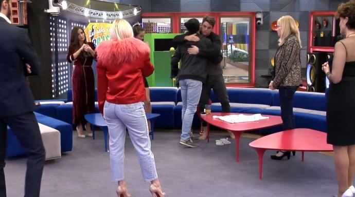 Manoel cumpimenta o irmão ao deixar o reality (Foto: Telecinco)
