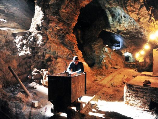 Henri Castelli grava em mina, a 200 metros d eprofundidade (Foto: João Miguel Júnior / Rede Globo)