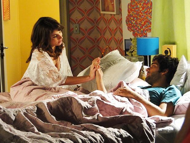 Manu acorda ao lado de Davi, depois de passar a noite consolando o nerd (Foto: Giulia Gomes/Gshow)
