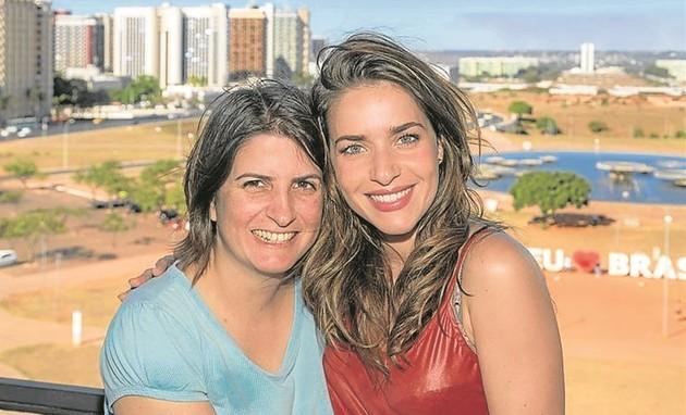 Monique Alfradique com a diretora Julia Jordão (Foto: Tomás Faquini/ Multishow)