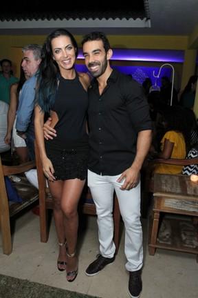 Carla Prata e o namorado, Vinicius Pinheiro de Oliveira, em festa na Zona Oeste do Rio (Foto: Marcos Ferreira/ Brazil News)