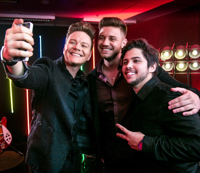 Selfie do Time Teló: Renan Ribeiro e Renato Vianna posam com o técnico (Foto: Isabella Pinheiro/Gshow)