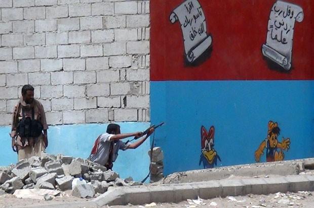 Soldado iemenita contrário aos rebeldes houthis dispara arma na cidade de Áden nesta quarta-feira (8) (Foto: Saleh Al-Obeidi/AFP)