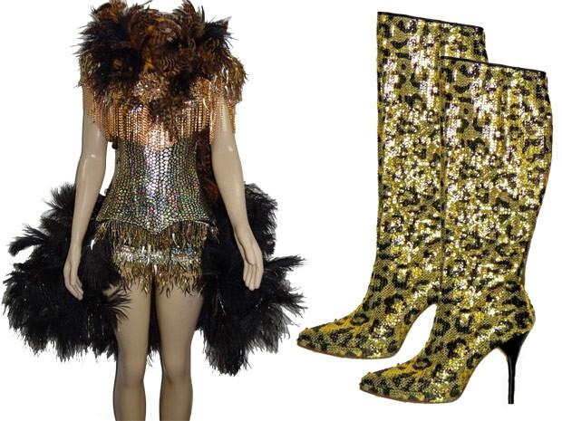Look dourado com penas e strass e bota luxo são a cara de Chayene (Foto: Cheias de Charme / TV Globo)
