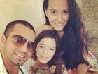 Latino posa com as filhas: 'Família toda unida'
