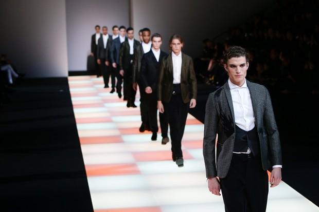 3bd1574a7c0d2 Assista ao desfile da Emporio Armani na Semana de Moda de Milão - GQ ...