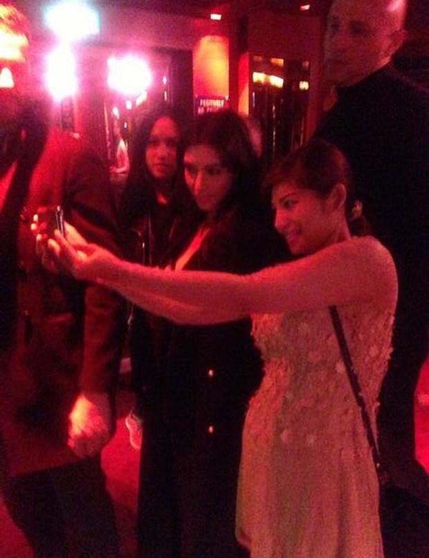 Kim Kardashian posa com fãs eno Crazy Horse (Foto  Reprodução Twitter) cfc8c48a6a75d
