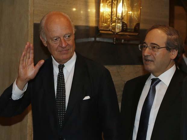 Staffan de Mistura acena ao chegar nesta terça-feira (9) em hotel em Damasco ao lado do deputado sírio Faisal al-Miqdad (Foto:  REUTERS/Khaled al-Hariri)
