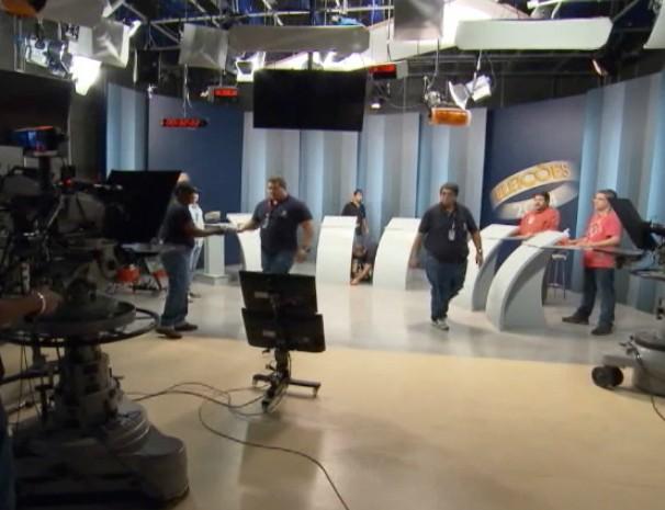 Equipe da Globo Minas prepara local onde acontecerá o debate entre os candidatos ao governo estadual. (Foto: Reprodução / Globo Minas)