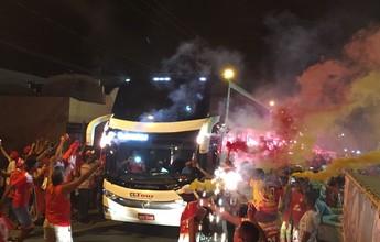 """Torcida do Sergipe faz """"Rua de fogo"""" pra recepcionar time na Arena Batistão"""