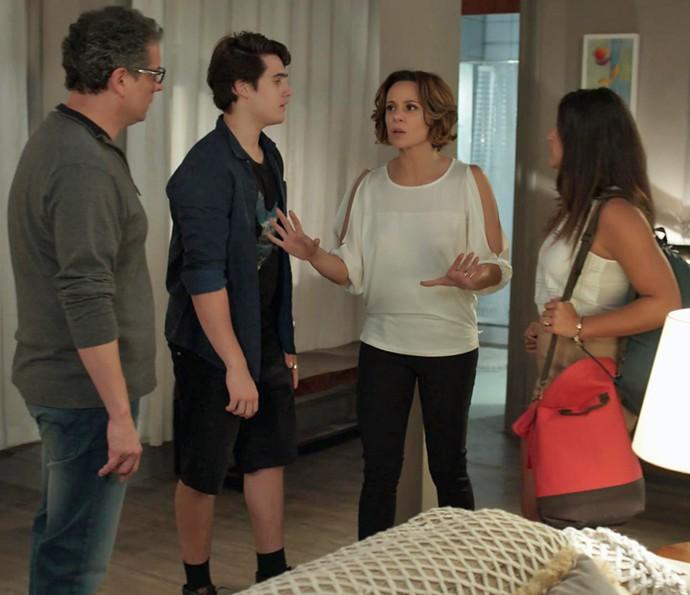 Ana e Rodrigo tentam acalmar os dois (Foto: TV Globo)