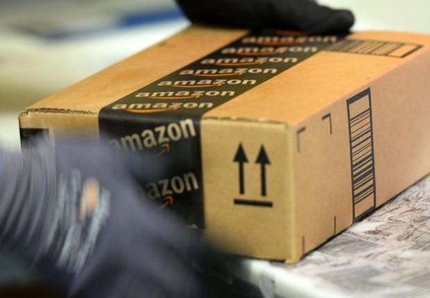 Funcionário manuseia caixa com produtos vendidos pela Amazon (Foto: Reprodução/ABC News)