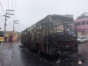 Ônibus incendiado no bairro de Paripe, em Salvador (Foto: Henrique Mendes/G1)