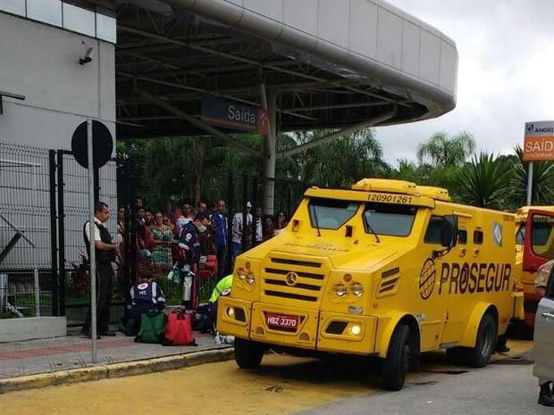 Assaltantes tentaram roubar carro forte nesta terça-feira (16) em Florianópolis (Foto: Flavio Thieves/Divulgação)