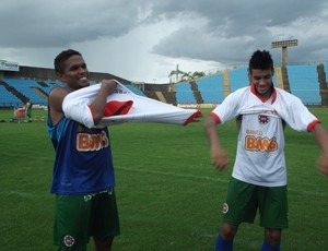 Diogo e Gedeilson recebem camisa do inacreditável (Foto: Patricia Belo/Globoersporte.com)