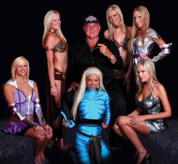 Denis Hof e algumas das garotas de programa do bordel Moonlite Bunny Ranch. (Foto: Reprodução)