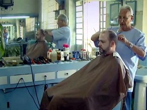Barbeiro está no mesmo lugar há 46 anos com técnicas antigas em Campinas (Foto: Reprodução / EPTV)