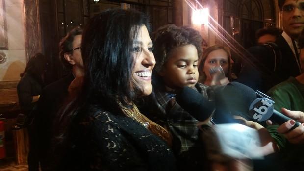 Regina Casé e filho Roque (Foto: Lucas Pasin / Ego)