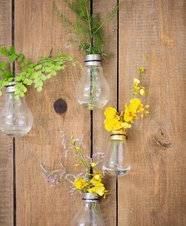 Com um pouco de paciência para abrir o bocal, lâmpadas velhas são reaproveitadas (Foto: Elisa Correa / Editora Globo)
