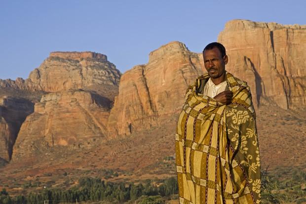 Um etíope protege-se com seu cobertor do frio do amanhecer na região das montanhas de Gheralta.  (Foto: © Haroldo Castro/Época)