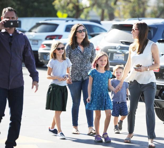 Jennifer Garner com os filhos, sua nova babá e guarda-costas (Foto: X17)