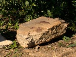 Pedra usada em crime foi recolhida pela polícia, no Espírito Santo (Foto: Reprodução/ TV Gazeta)