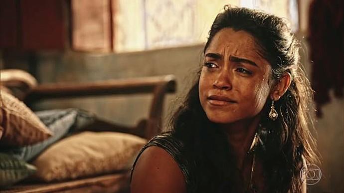 Luzia se descontrola sem ver que Isabel a observa (Foto: TV Globo)