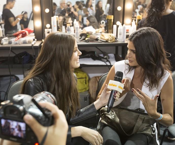 Camila Queiroz bate um papo descontraído com a modelo Carol Ribeiro (Foto: Felipe Monteiro/ Gshow)