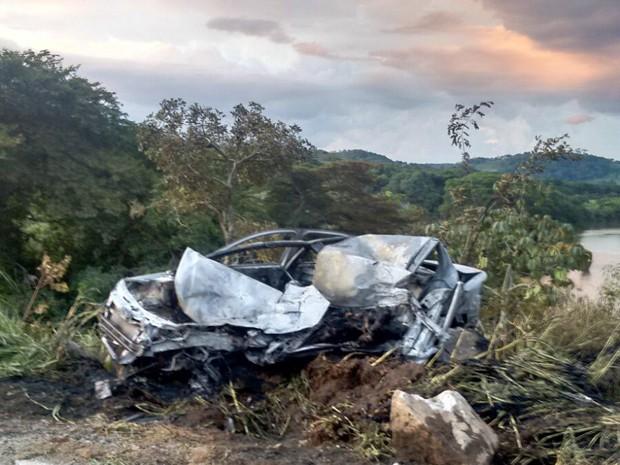 Carro incendiado, acidente, BR-265, Itutinga (Foto: Corpo de Bombeiros)